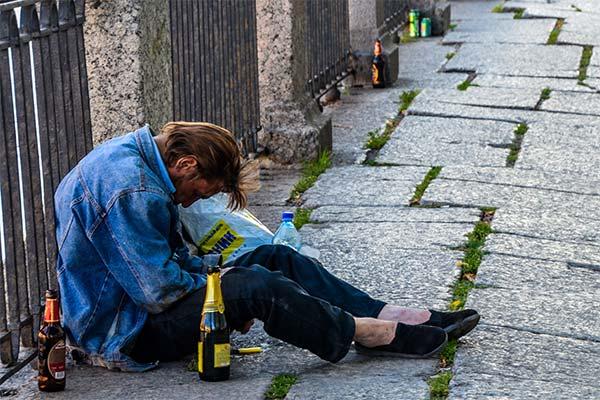 Алкоголик на улице во сне