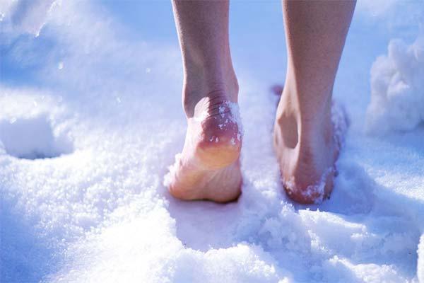 Идти по снегу босиком во сне
