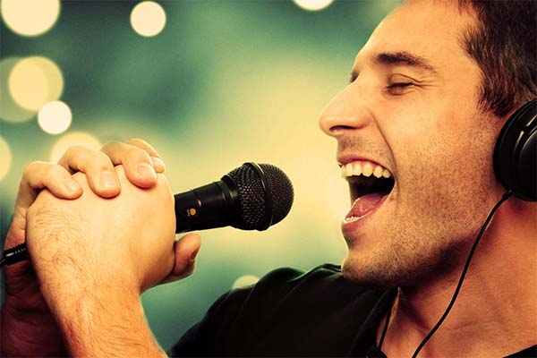 Как во сне поет певец