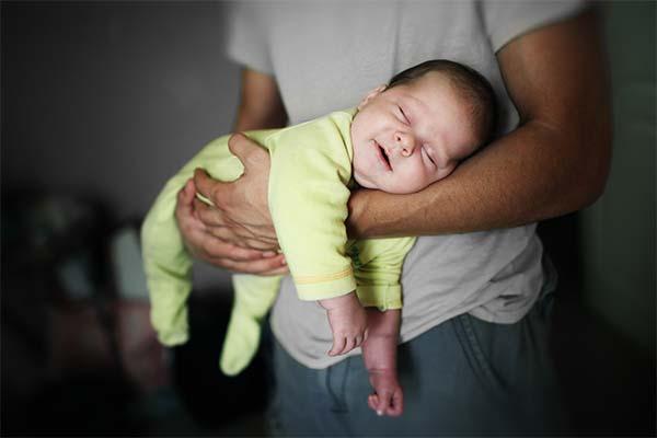Младенец на руках во сне