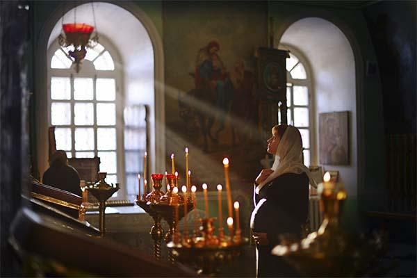 Молится в церкви во сне
