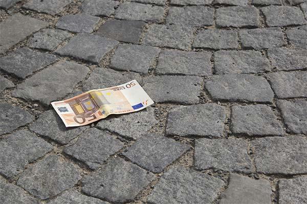 Найти деньги на дороге