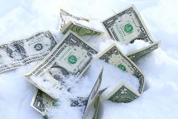 Найти деньги под снегом
