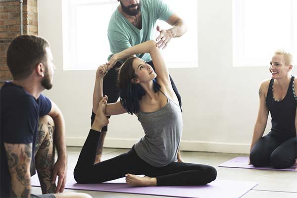 Обучать кого-то йоге