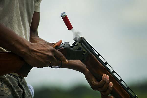 Застрелить человека из двустволки