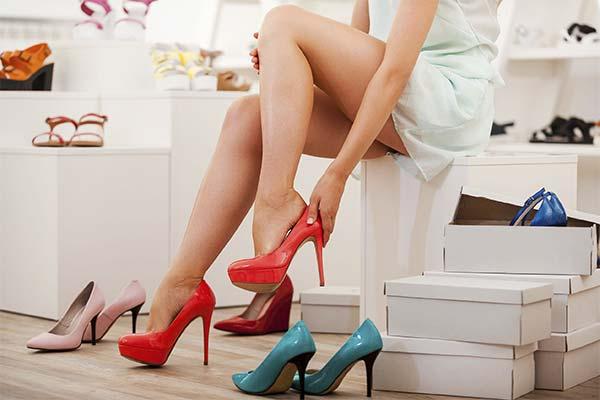 Мерить обувь в магазине