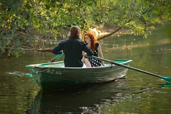 Плавать на лодке по реке