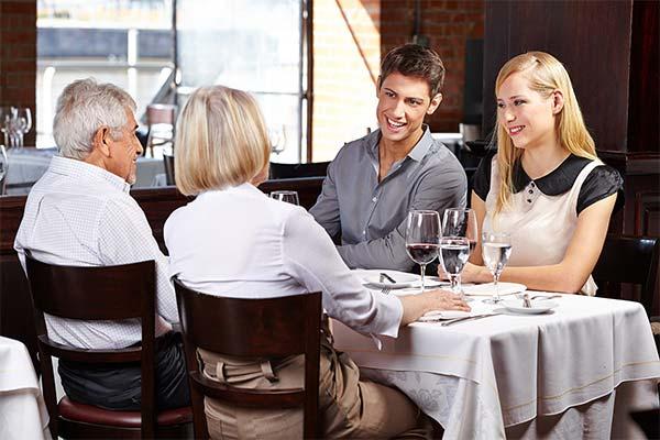 Сидеть в кафе с родителями