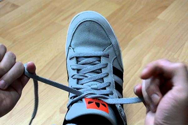 Зашнуровать во сне кроссовки