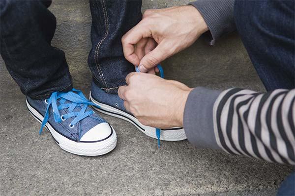 Завязывать шнурки ребенку