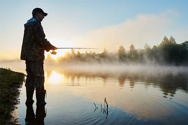 Отец ловит рыбу