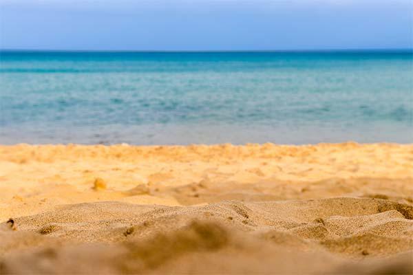 Песок на берегу моря