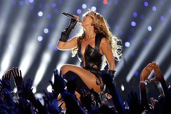 Певица на концерте