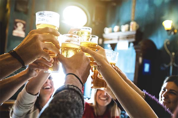Пить пиво в баре