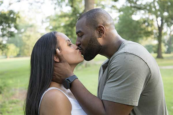 Поцелуй с афроамериканцем