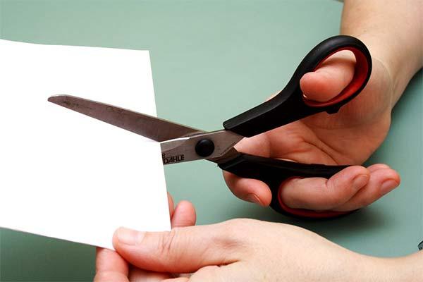 Резать ножницами бумагу