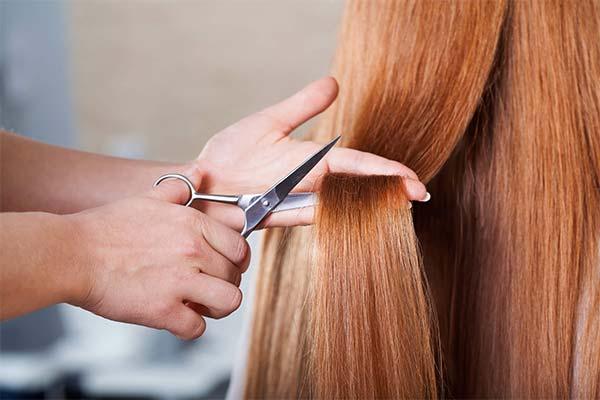 Стричь ножницами волосы