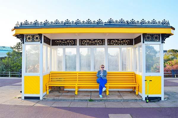 Ждать автобус на остановке
