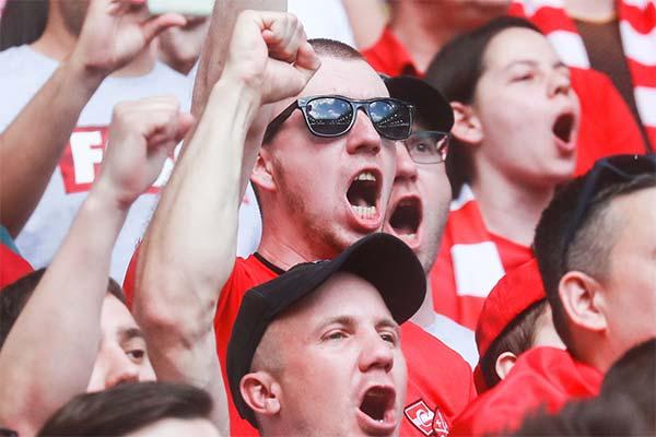 Кричать на стадионе во сне