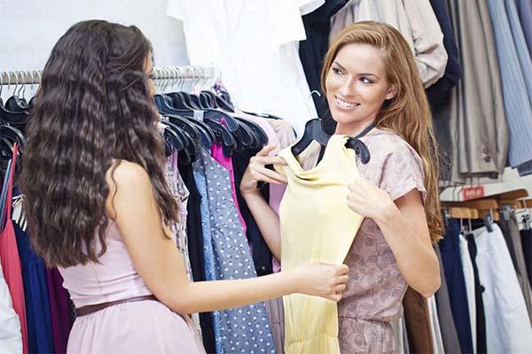 Мерить на рынке платье