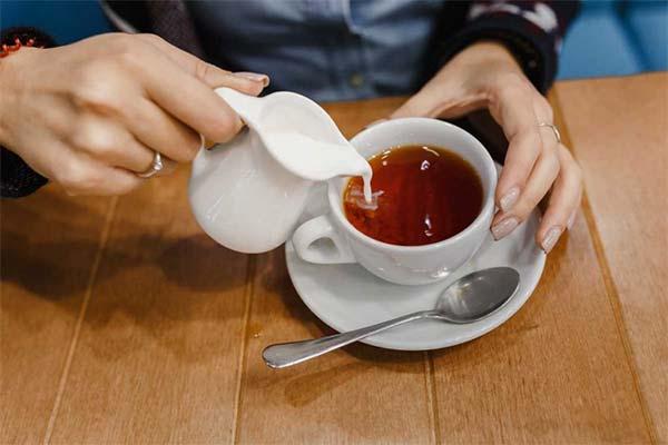 Пить молоко с чаем