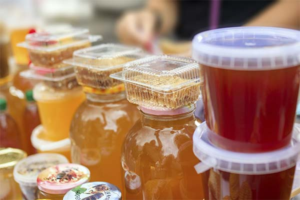 Покупать на рынке мед