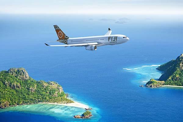 Самолет летит над морем