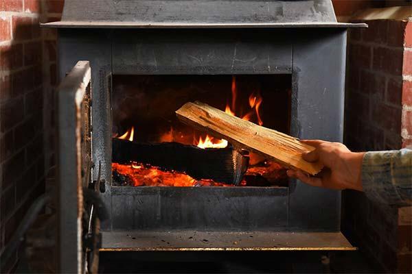 Топить печь дровами во сне