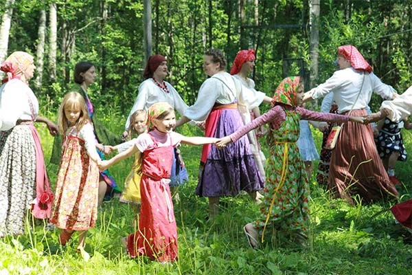 Водить хоровод в лесу