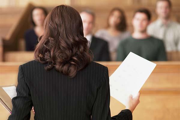 Адвокат защищает
