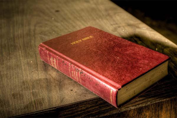 Библия на столе