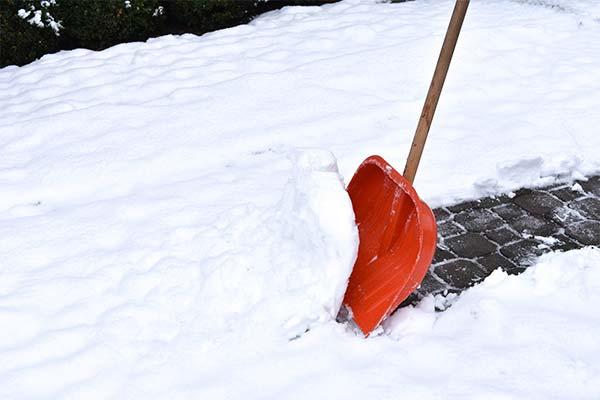 Чистить от снега дорогу