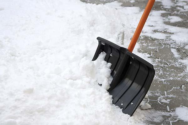 Чистить первый снег