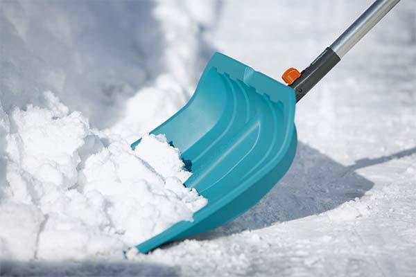 Чистить снег лопатой
