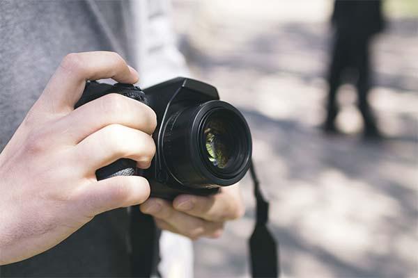 Держать фотоаппарат в руках