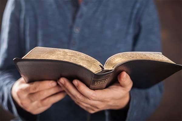 Держать в руках библию