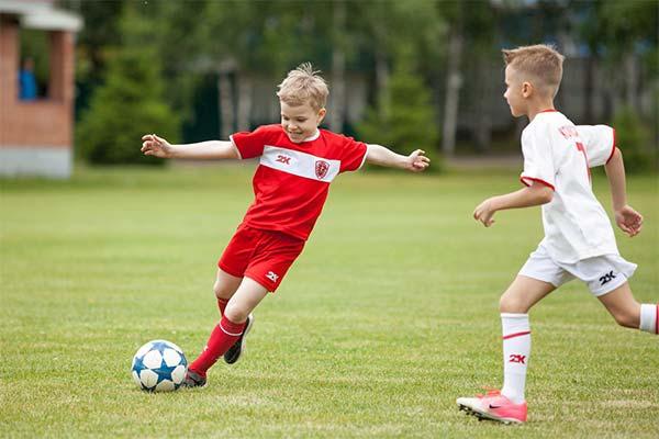 Играть с детьми в футбол