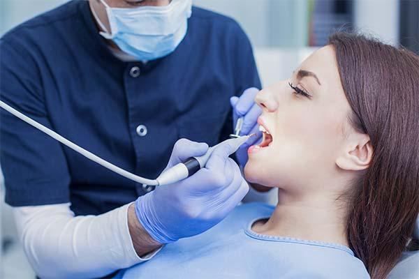 Стоматолог лечит зубы во сне