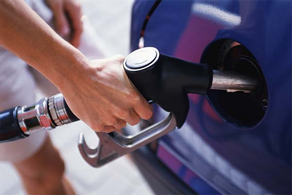 Заправлять машину бензином