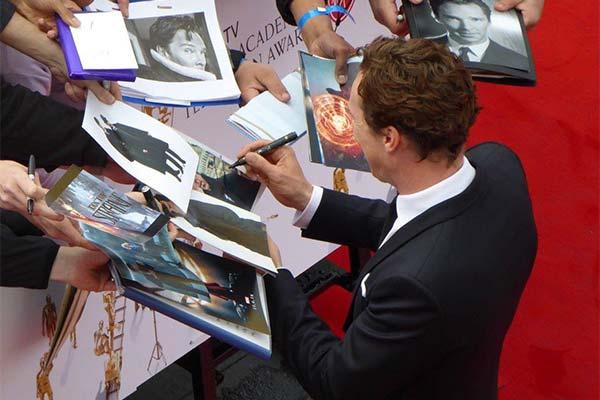 Актер даёт автограф