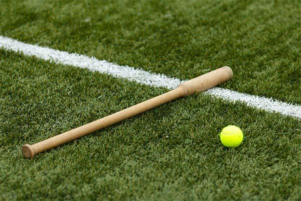 Бита на спортивной площадке