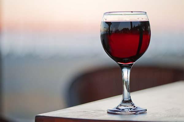 Бокал с красным вином во сне