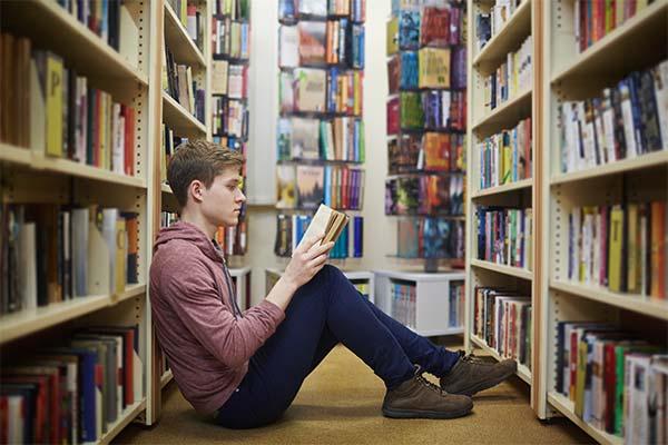 Читать в библиотеке во сне