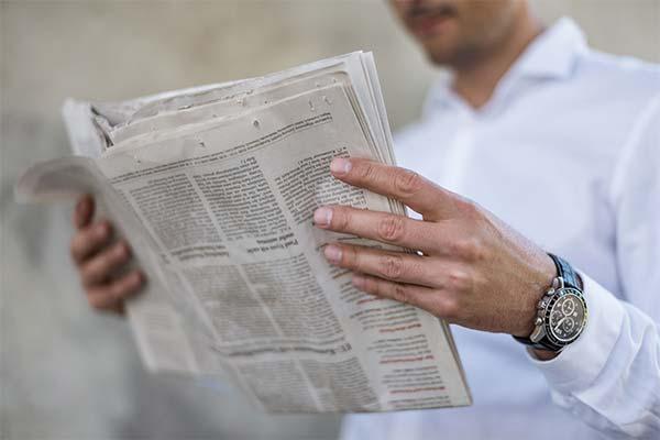 Газета в руках