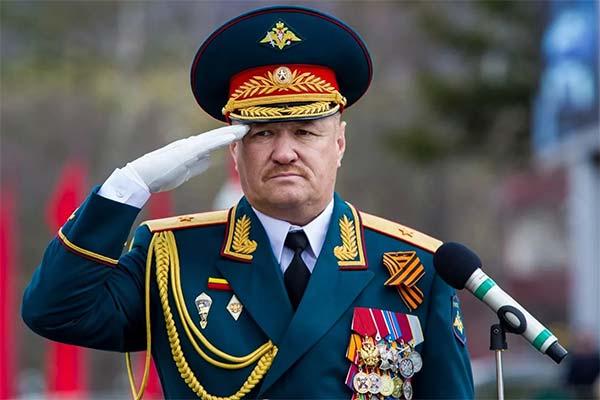 Генерал отдаёт честь