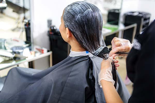 Красить волосы в парикмахерской