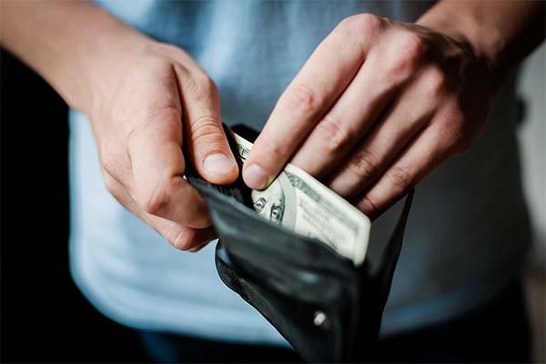 Воровать деньги из кошелька