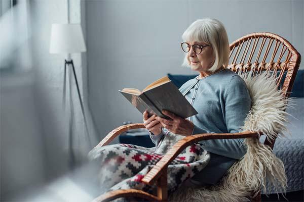 Бабушка сидит на кресле