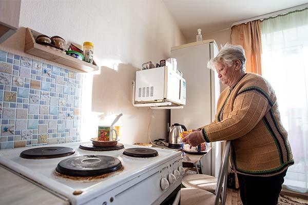 Бабушка в квартире