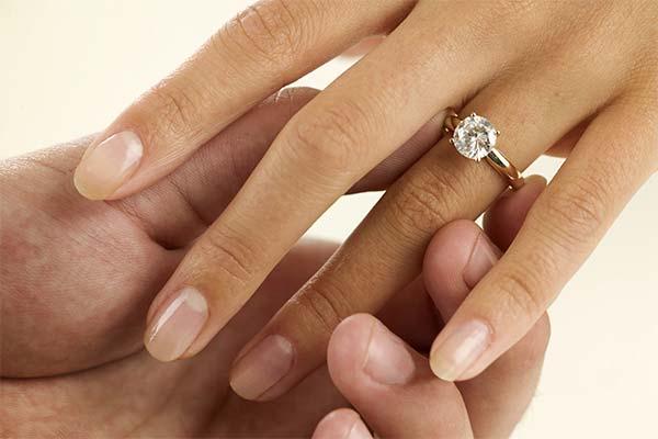 Бриллиант на пальце